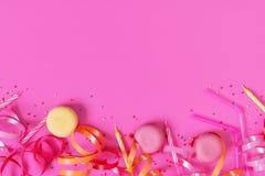 Heldere feestelijke roze achtergrond met de toebehoren van de verjaardagspartij royalty-vrije stock foto