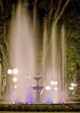 Heldere fontein bij nacht. Stock Afbeeldingen