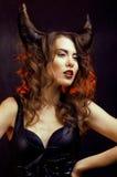 Heldere geheimzinnige vrouw met hoornhaar, Halloween-viering Royalty-vrije Stock Afbeeldingen