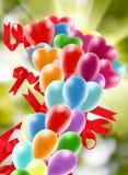 heldere gekleurde ballons in de hemel Stock Foto's