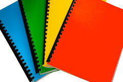 Heldere gekleurde boeken die op wit worden geïsoleerdr Royalty-vrije Stock Foto