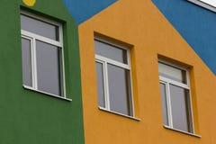 Heldere gekleurde moderne openbaar gebouwkleuterschool stock foto