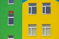 Heldere gekleurde moderne openbaar gebouwkleuterschool stock afbeeldingen