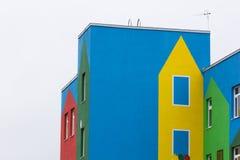 Heldere gekleurde moderne openbaar gebouwkleuterschool royalty-vrije stock foto's