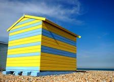 Heldere gekleurde strandhut met blauwe hemel Stock Foto