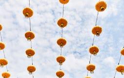 Heldere gele Chinese lantaarns op de straat van Singapore stock afbeelding