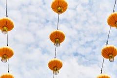 Heldere gele Chinese lantaarns op de straat van Singapore stock foto's