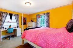 Heldere gele en roze jonge volwassen ruimte Stock Foto's