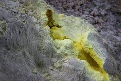 Heldere gele hiaten in de rots van een vulkaan stock foto