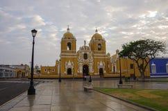 Heldere gele koloniale stijlkathedraal in het Plein DE Armas van royalty-vrije stock fotografie