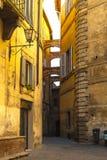 Heldere gele muren van Siena steegmanier stock fotografie