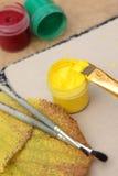 Heldere gele verf met borstels Royalty-vrije Stock Foto's