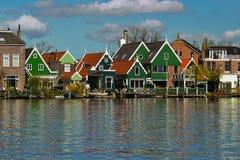 Heldere geschilderde huizen door de rivier royalty-vrije stock fotografie