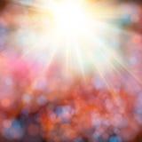 Heldere glanzende zon met lensgloed Zachte achtergrond met bokeh e Stock Foto