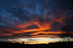 Heldere gloeiende wolken op zonsondergang Stock Afbeelding