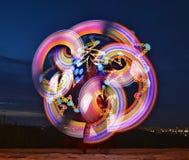 Heldere golven van gekleurd licht tegen de achtergrond van de avondhemel Royalty-vrije Stock Afbeeldingen