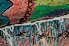 Heldere graffiti op de muur Kleurrijk verfpatroon op oude gebarsten concrete muur Waterverf achtergrondtextuur dichte omhooggaand royalty-vrije stock afbeeldingen