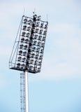 Heldere grote lange openluchtstadionschijnwerpers Stock Foto's