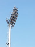Heldere grote lange openluchtstadionschijnwerpers Stock Afbeeldingen
