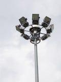 Heldere grote lange openluchtstadionschijnwerpers Stock Afbeelding