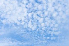 Heldere Hemel alt-Stratus Wolkenachtergrond Royalty-vrije Stock Afbeeldingen