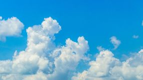 Heldere hemel met wolkenvorming Stock Afbeelding