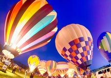 Heldere Hete Luchtballons die bij Nacht gloeien Stock Foto's