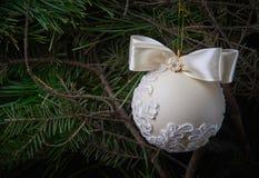 Heldere Kerstmisbal op een houten achtergrond royalty-vrije stock afbeelding