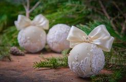 Heldere Kerstmisballen op een houten achtergrond Royalty-vrije Stock Fotografie