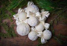 Heldere Kerstmisballen op een houten achtergrond Stock Fotografie