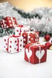 Heldere Kerstmisdecoratie met Kerstmismateriaal Stock Afbeelding