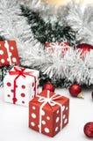 Heldere Kerstmisdecoratie met Kerstmismateriaal Stock Fotografie