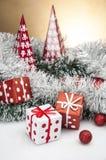 Heldere Kerstmisdecoratie met Kerstmismateriaal Royalty-vrije Stock Foto