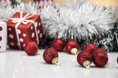 Heldere Kerstmisdecoratie met Kerstmismateriaal Stock Foto