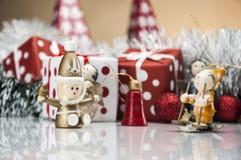 Heldere Kerstmisdecoratie met Kerstmismateriaal Royalty-vrije Stock Afbeelding