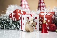Heldere Kerstmisdecoratie met Kerstmismateriaal Royalty-vrije Stock Foto's