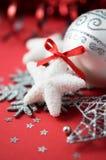 Heldere Kerstmisornamenten op rode vakantieachtergrond Stock Fotografie