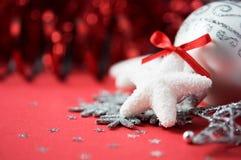 Heldere Kerstmisornamenten op rode vakantieachtergrond Stock Foto
