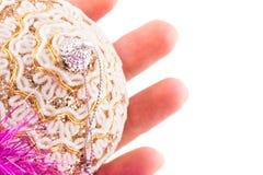 Heldere Kerstmisstuk speelgoed en vingers op een witte achtergrond Royalty-vrije Stock Afbeelding