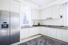 Heldere keuken met modern materiaal Stock Afbeelding