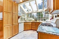 Heldere keukenruimte met glasmuur en plafond Stock Fotografie