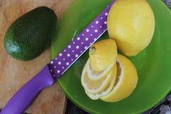 Heldere kleur: groen, violet, geel Avocado en citroen stock fotografie