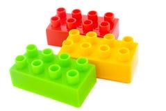 Heldere Kleuren Plastic die Bouwstenen op Witte backgrou worden geïsoleerd Stock Foto