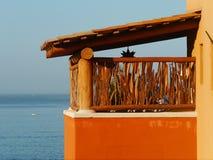 Heldere kleuren van balkoncontrast met blauwe achtergrond Stock Fotografie