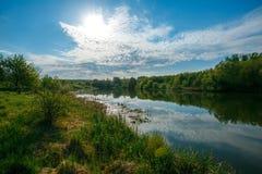 Heldere kleuren van dageraad op de rivier in de zomer stock foto