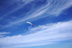 Heldere kleurenluifel achter elkaar met twee skydivers De verbindingsdraden zijn flyin stock afbeelding