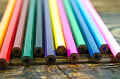 Heldere kleurpotloden stock foto's
