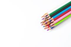 Heldere kleurpotloden op witte achtergrond Stock Foto's