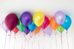 Heldere kleurrijke ballons onder plafond stock afbeelding