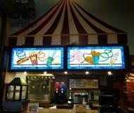 Heldere, kleurrijke gebrandschilderd glasvertoning bij snacktribune stock afbeelding